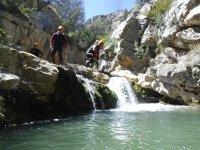 Saltando al agua desde la roca