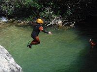 Peque saltando al agua