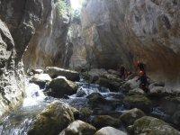 Atravesando el barranco entre las rocas