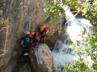 Esperando en la roca del barranco