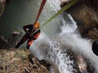 Descenso con las cuerdas de la cascada