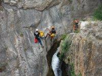 Escalando la pared del barranco