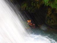 Bajo la cascada del barranco