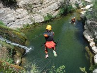 Saltando desde la cima del barranco