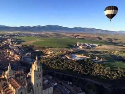 独家家庭气球飞行在塞戈维亚