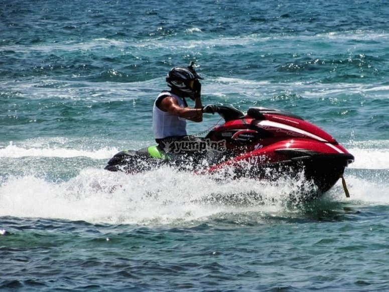Con casco en la moto acuatica