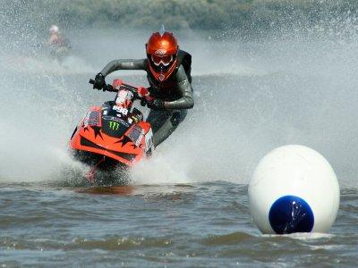 马德里8级课程的摩托车水上比赛