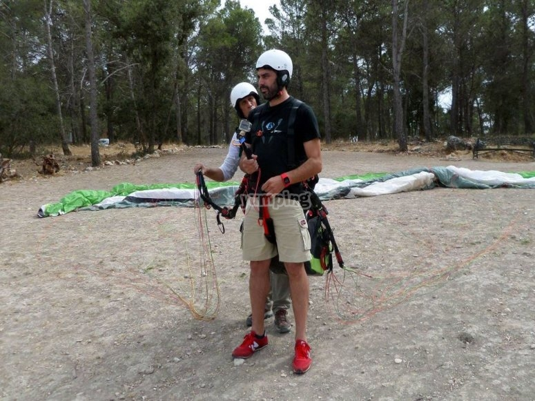 Preparing the paraglide flight