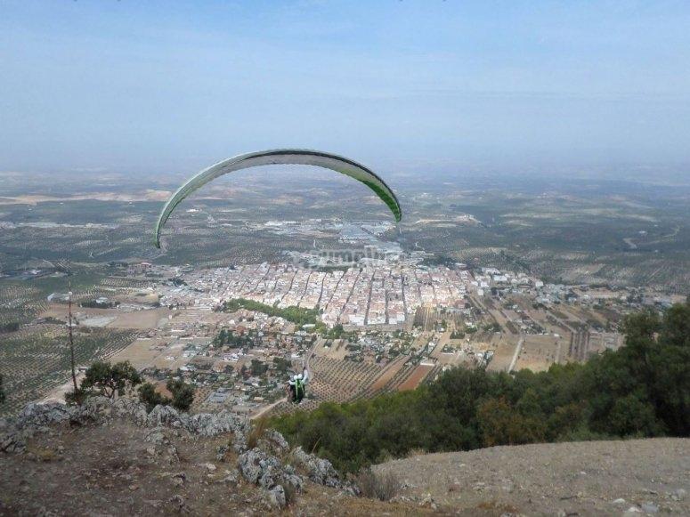 Volando en parapente desde la ladera