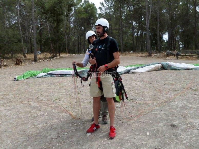 Preparando il volo in parapendio