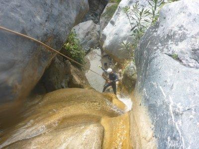 在Lentegí进行6小时的峡谷漂流