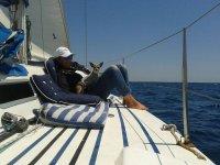 chica al ras del mar con un perro en un barco