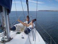chicas en una lancha de un barco con el agua de fondo