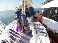 ninos tumbados en una amaca de un barco