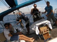 personas cogiendo el timon de un barco
