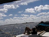 tomando el sol en un barco con vistas al mar