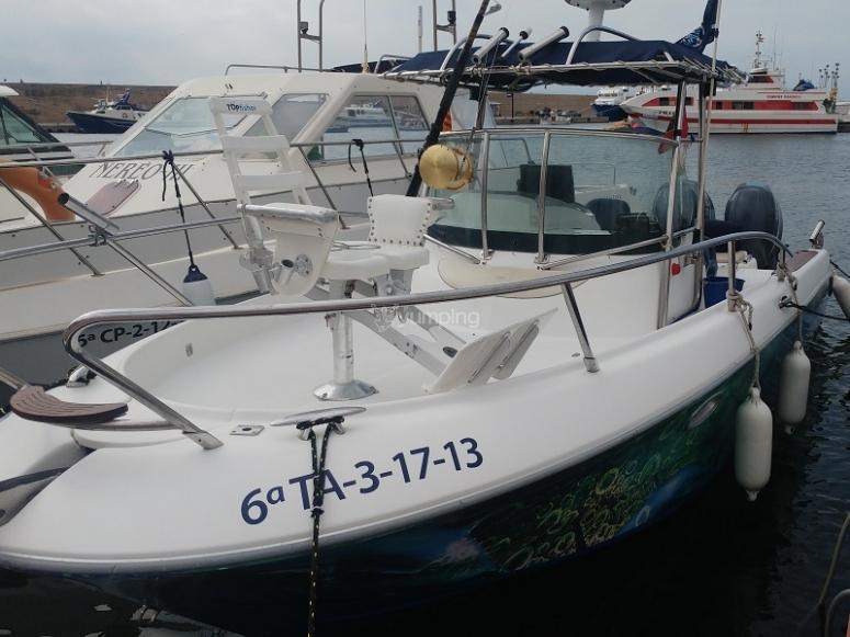 Barco pesquero en el muelle Key Largo 25