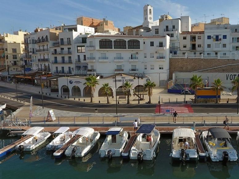 Barcos atracados en el puerto