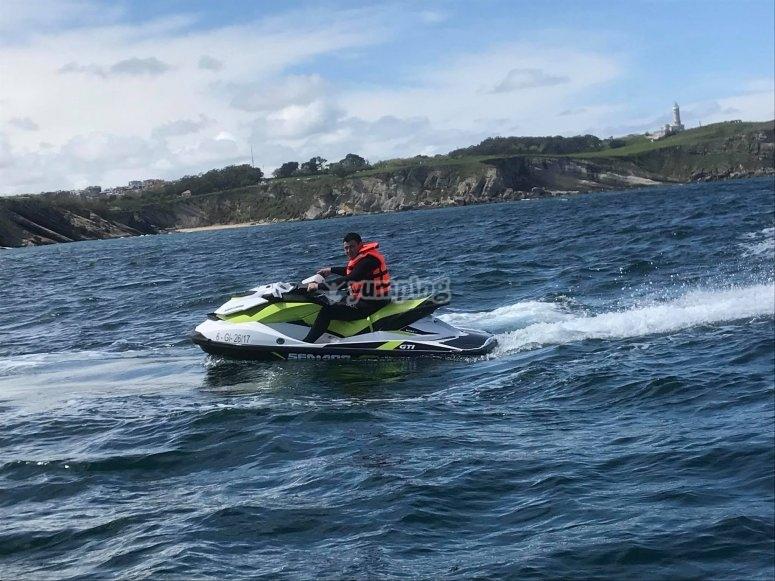 Guidare la moto d'acqua di fronte a Santander