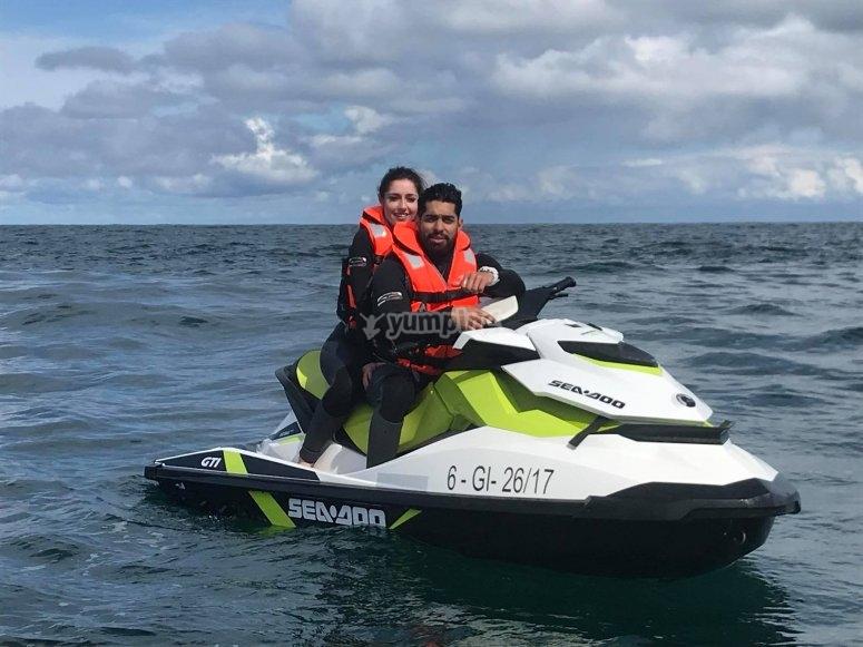 Coppia su una moto d'acqua da Raos