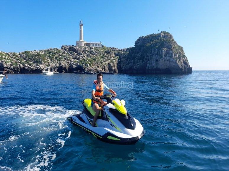 Rodeando el faro de Santander con la moto de agua