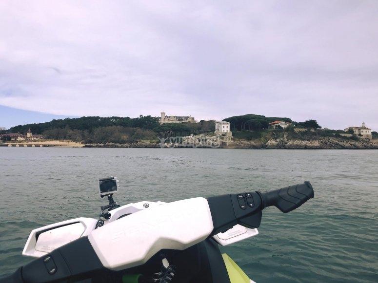 Vista della Magdalena dalla moto d'acqua