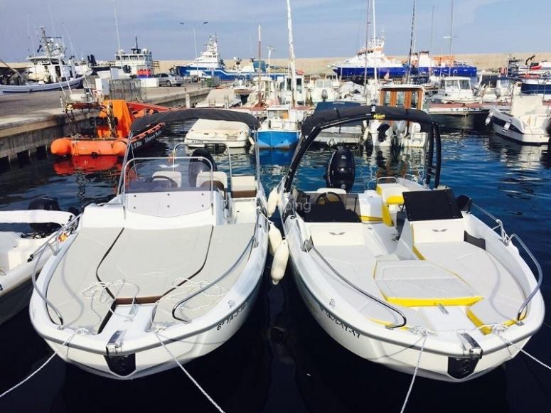Dos barcos anclados en el puerto en L´ametlla