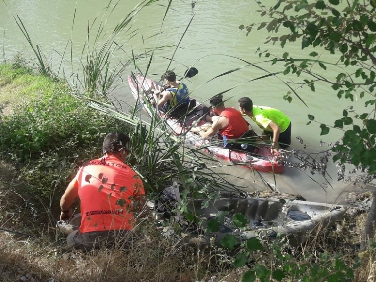 Entrando al rio con la canoa