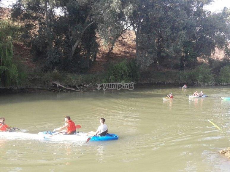 Montando en canoa