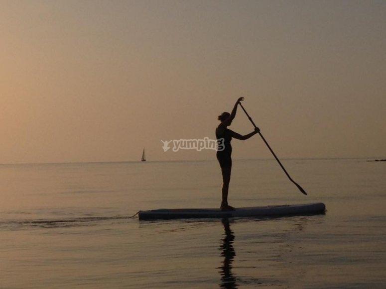 Paddle surf al atardecer