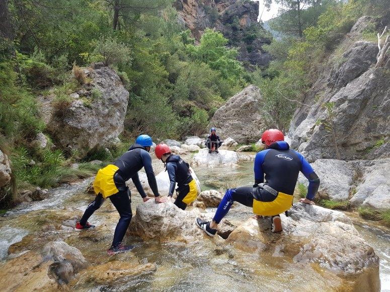 equipo atravesando un rio