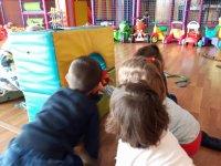 Jugando en el parque infantil