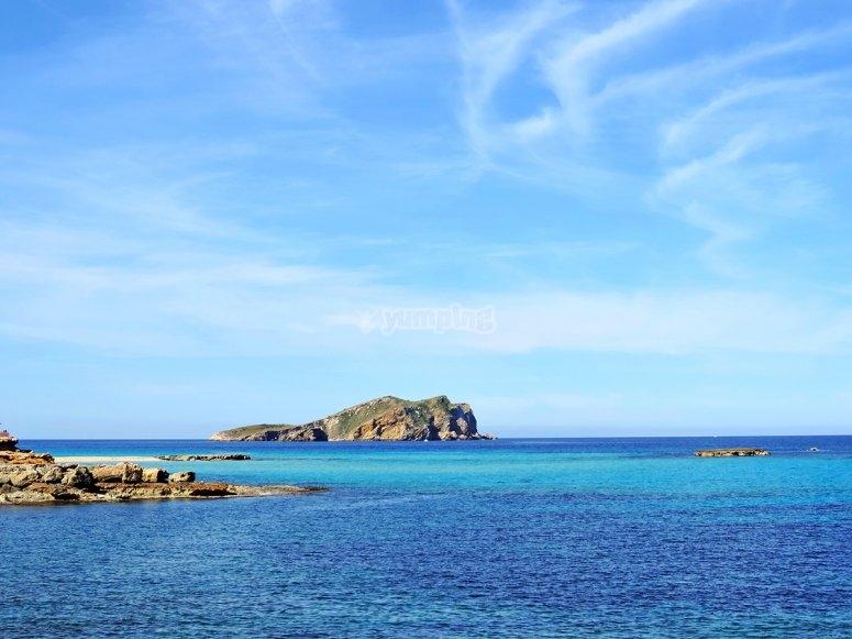 享受巴利阿里地中海的碧绿海水