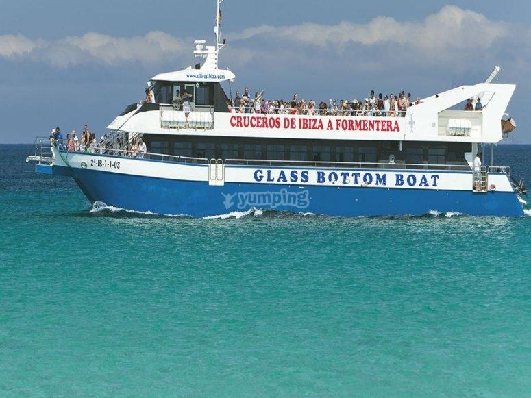 从伊维萨岛乘船游览