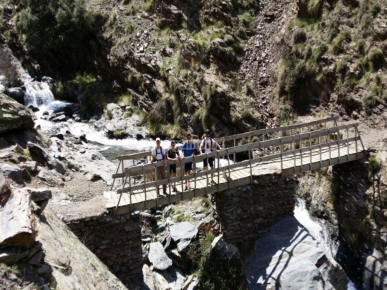 puente que sortea un rio en el camino