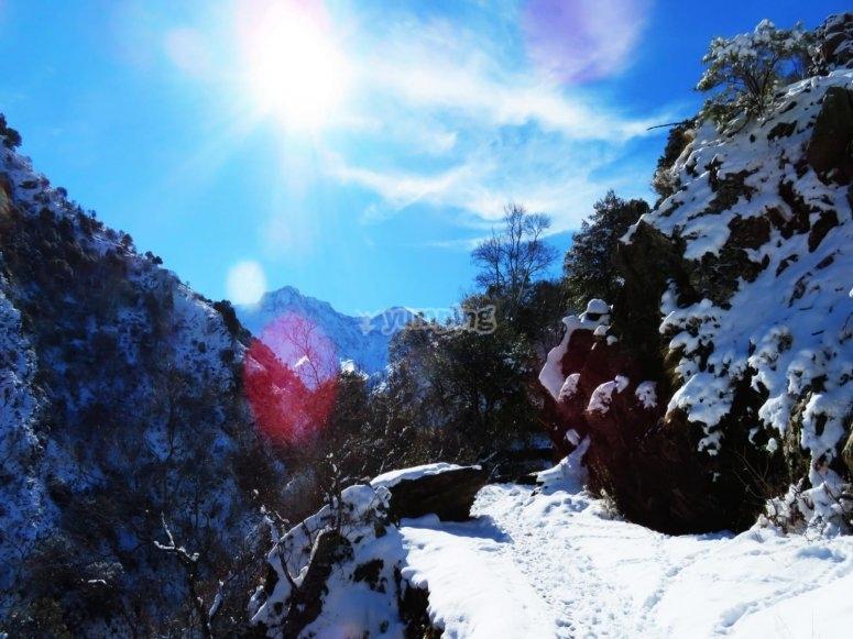 ruta de senderismo con las primeras nieves