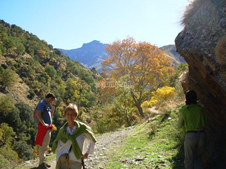 chica y chico haciendo trekking
