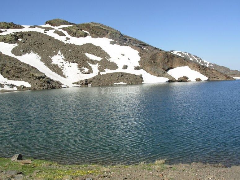 laguna virgen y un lago en primavera