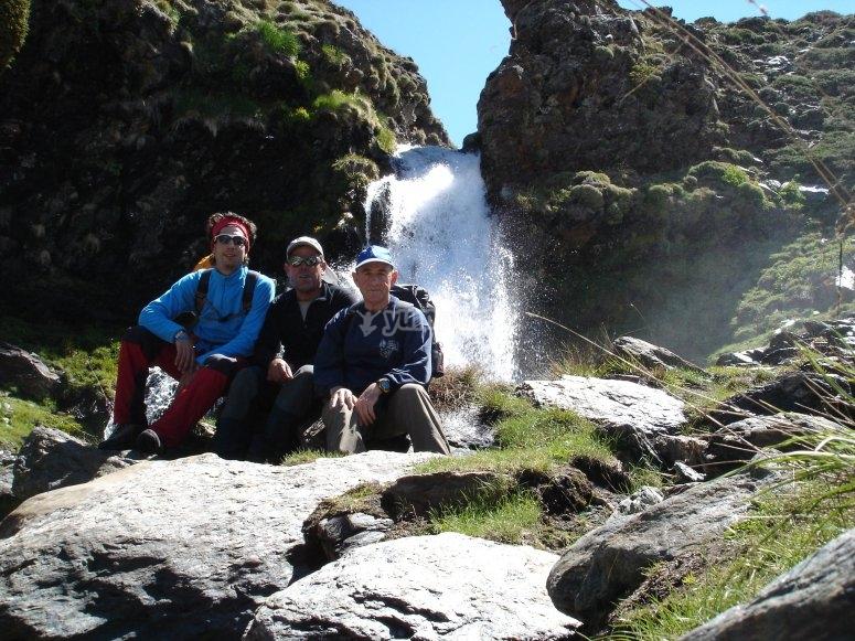grupo haciendo senderismo en una cascada