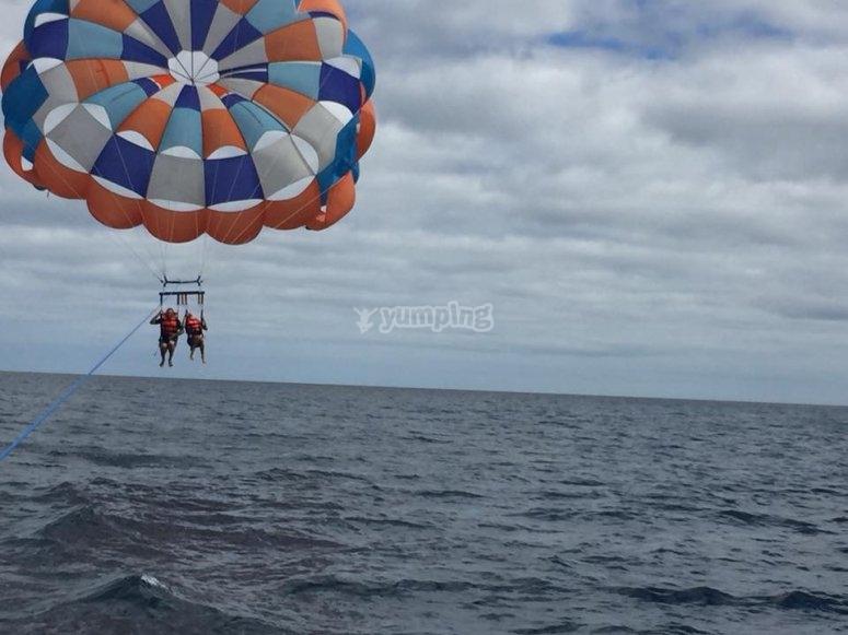 2 personas en parasailing