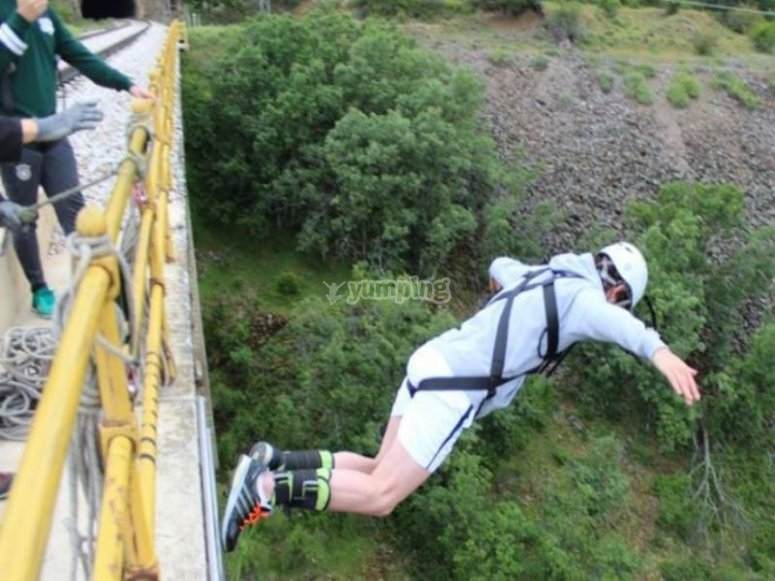 Bungee jumping in Buitrago