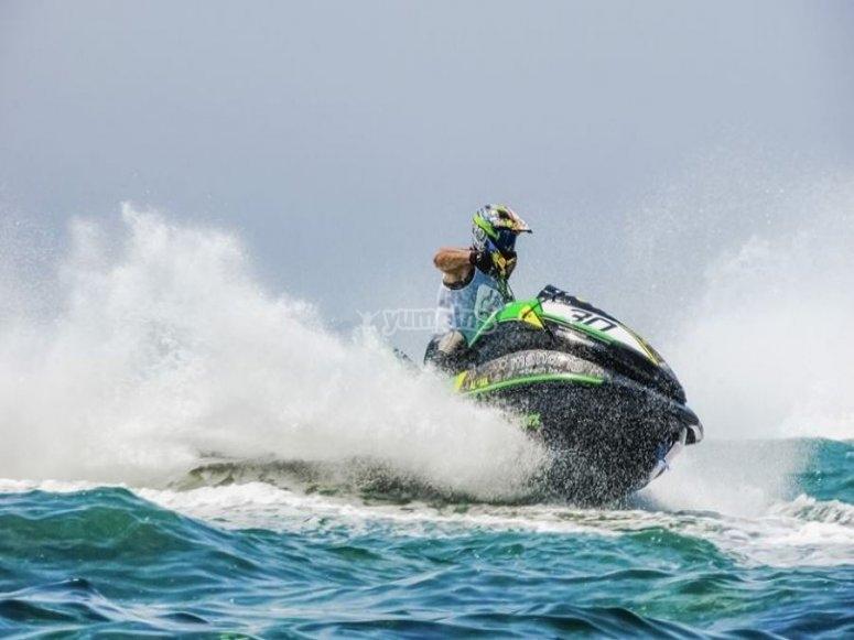 A toda velocidad en una moto de agua