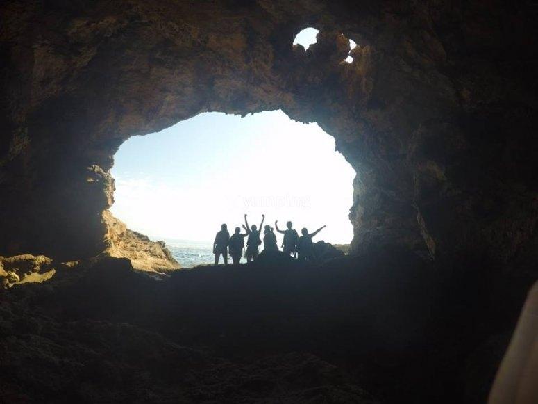Entrada de la cueva costera