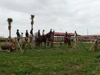 Grupo de personas montando a caballo