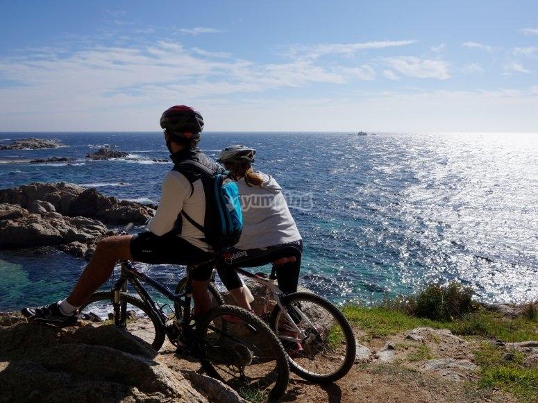 dos chicos haciendo ruta en bici