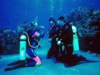 En el fondo del mar junto a la instructora de buceo