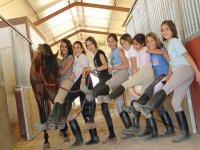 Ninas con las piernas levantadas con un caballo