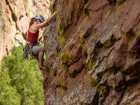 Escaladora en la pared de roca