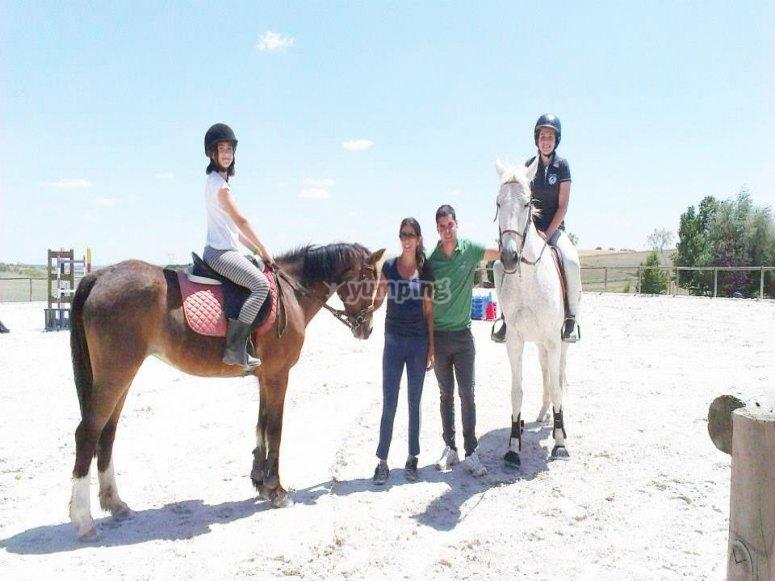 Ninas a lomos de los caballos