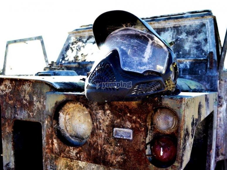 弃置车上的面具